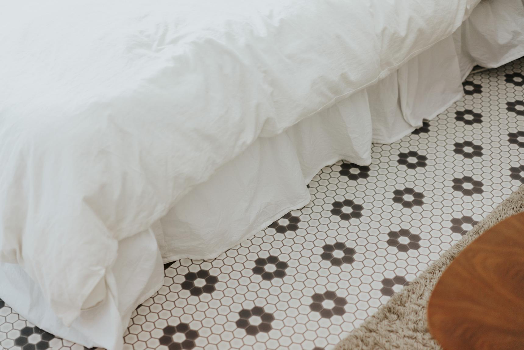 「ベッドスカート」と呼ばれるカバーをかけて「きちんと隠す」ことでも、印象を変えられます。(このお部屋はこちら)