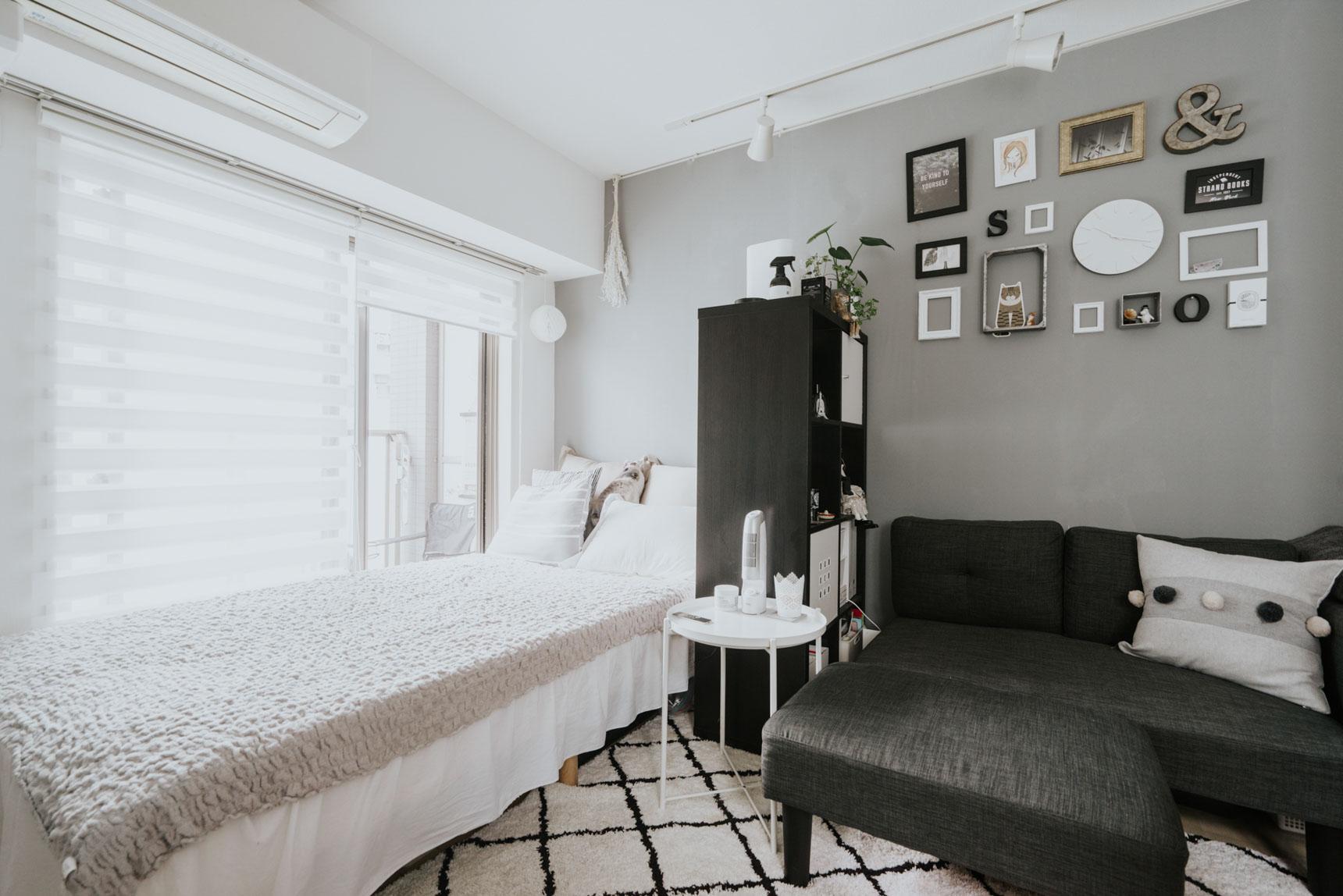 ベッドとソファの間にIKEAの棚を置いて間仕切りにしたお部屋。プライベートの空間と分けられて一石二鳥です。