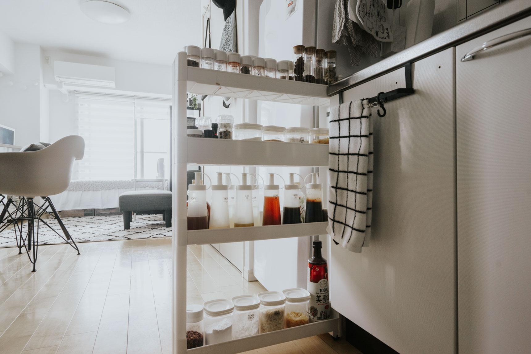 「キッチンと冷蔵庫の間の隙間」も狙い目。こちらは真っ白な見た目がシンプルで良いニトリの隙間収納。(このお部屋はこちら)