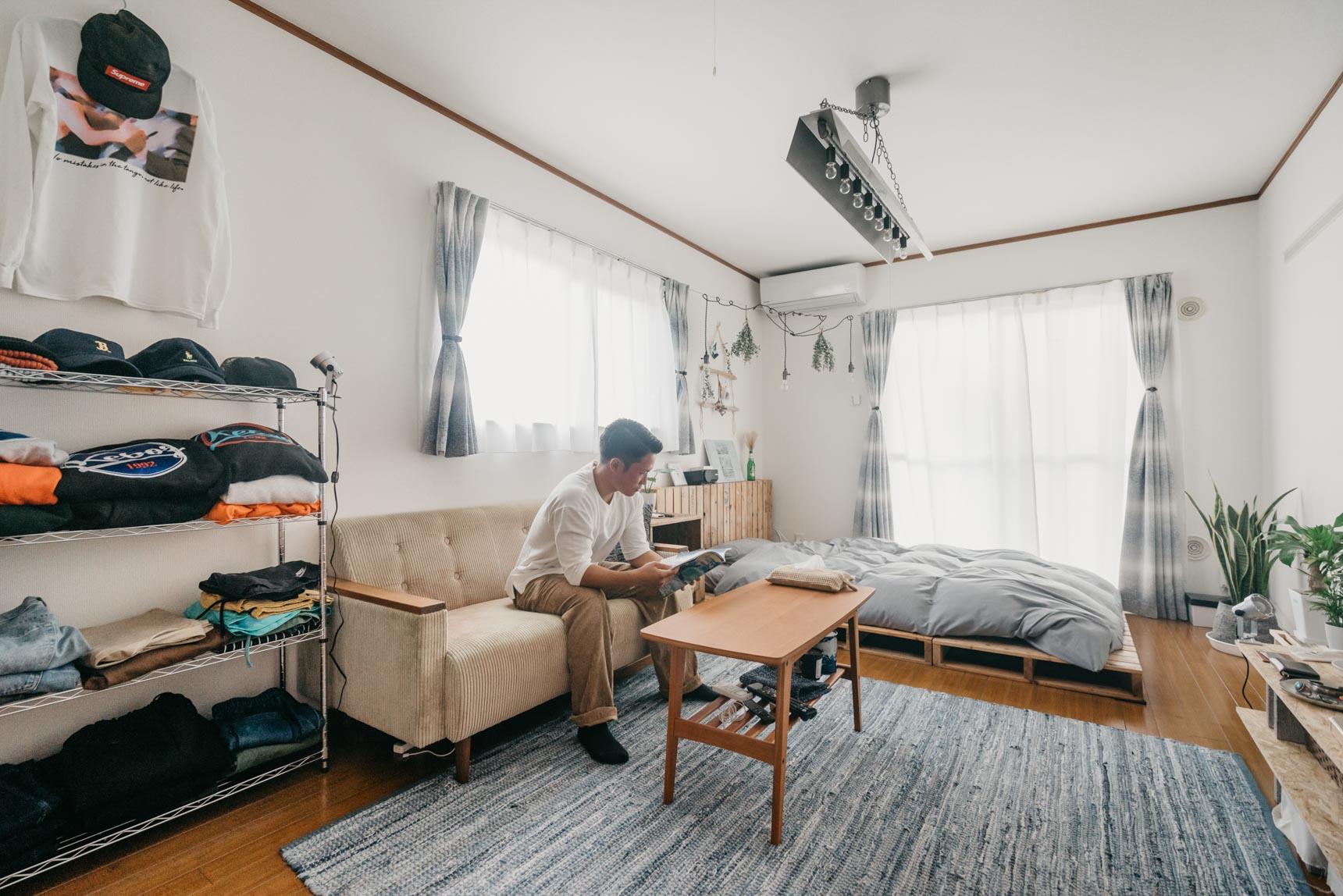 こちらのお部屋では、スチールラックを活用して洋服をまるでショップのようにディスプレイ。畳む方式なら、ハンガーにかけるよりも省スペースでたくさんの服をしまえます。