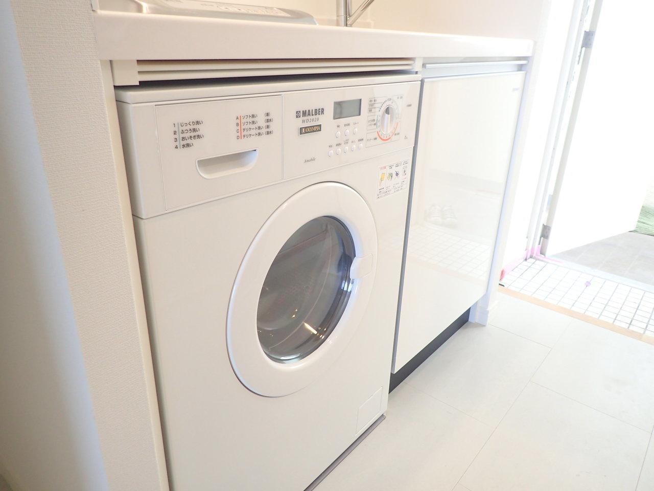 キッチンには洗濯機もついています。初めての一人暮らし。初期費用を抑えたい方にはうれしい設備ですね!
