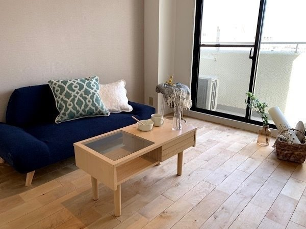 おしゃれなインテリアを置けば、それだけで素敵なカフェのような雰囲気になる、パーチ材を使った床がいい感じなんです。