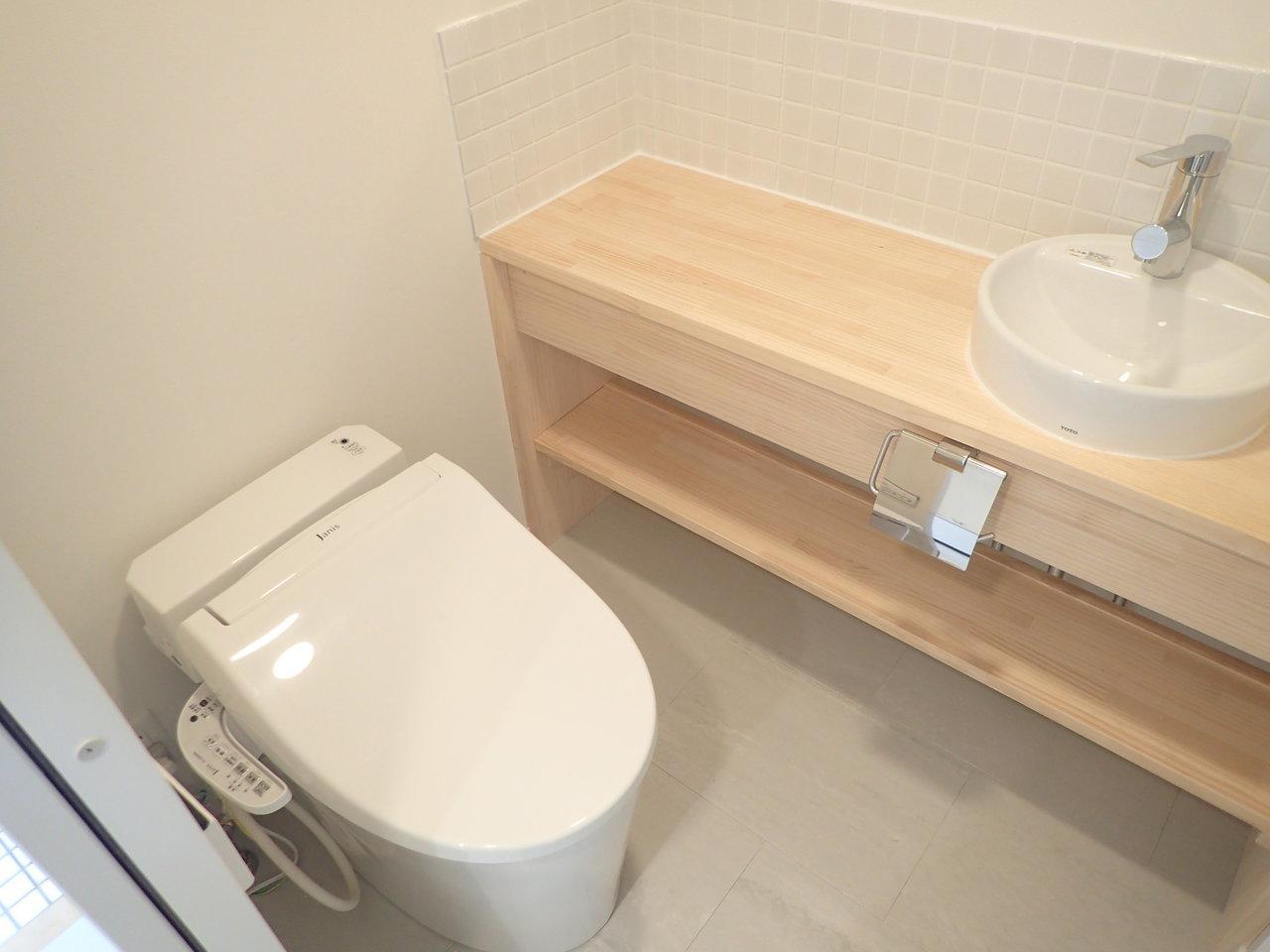 トイレもおしゃれなカフェ風。ちょっと高めのハンドソープなんか置きたくなっちゃいますね。