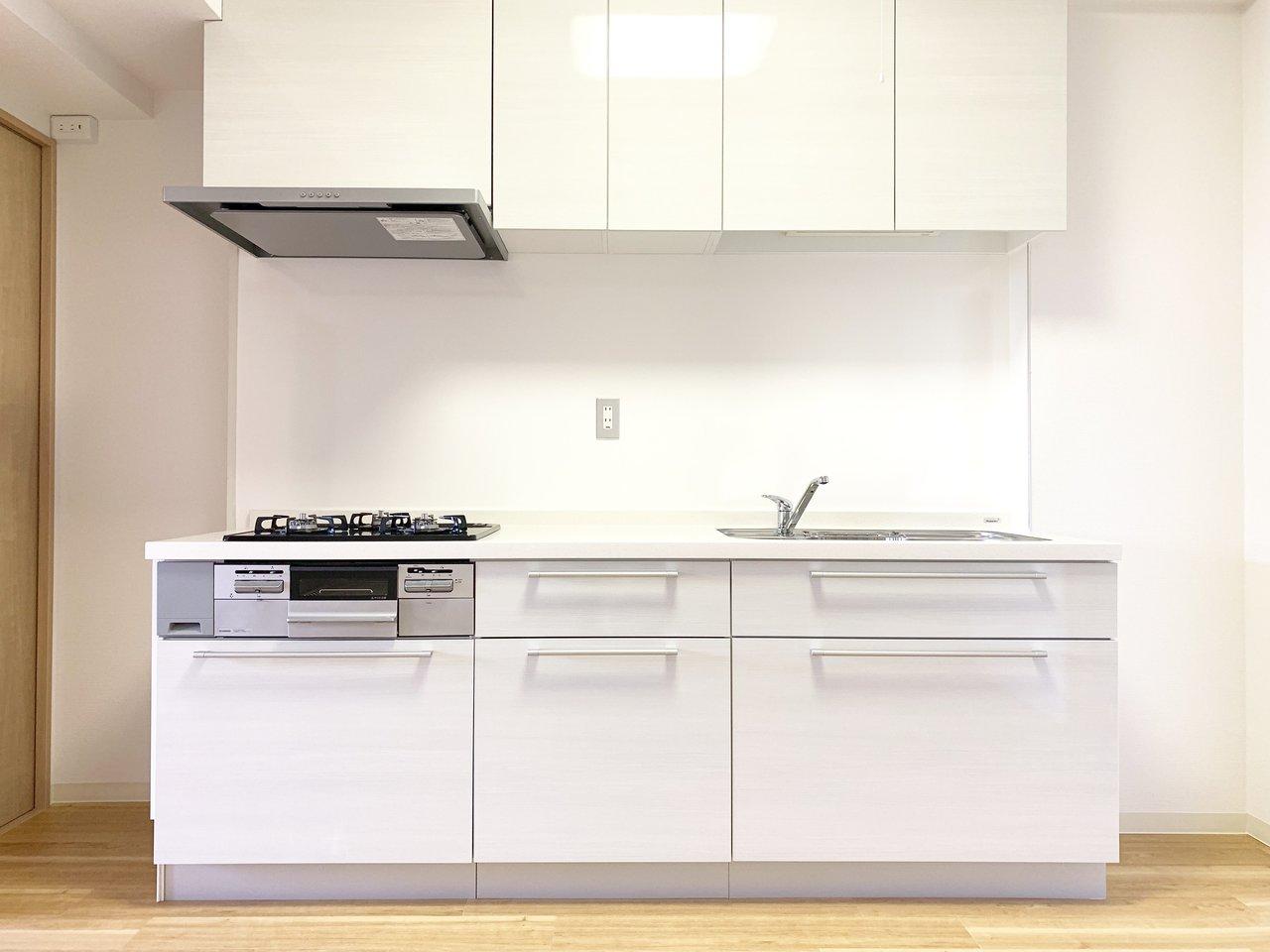 特にキッチンがすごくて、大きくてきれいなのはもちろん、3口コンロにグリル付きとスペックも満点です。これは毎日の料理が楽しくなること、間違いなし。