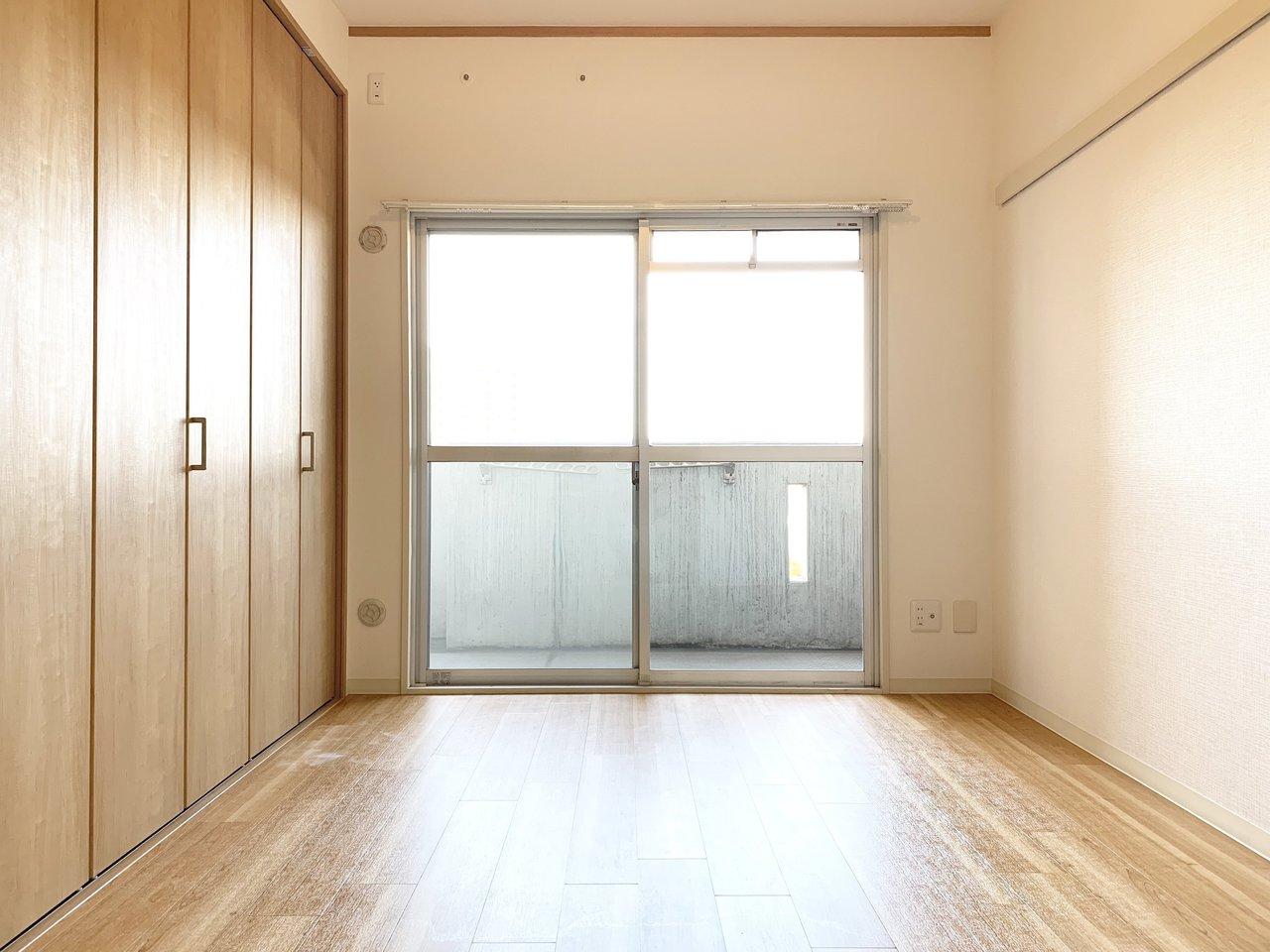 洋室も光がたくさん入って気持ちよさそう。建具もすべて新しくなっています。