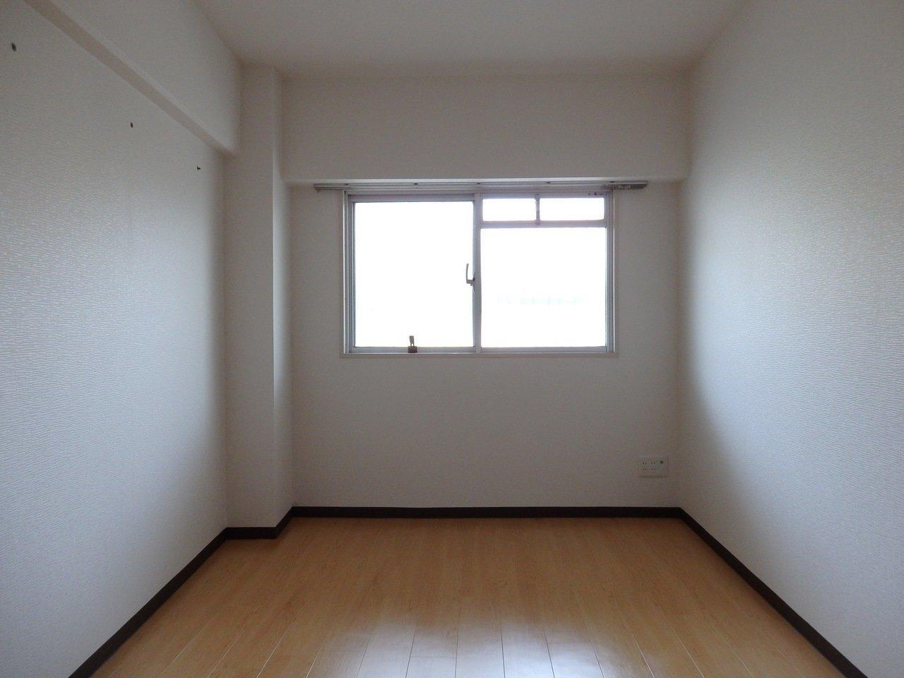 寝室は若干コンパクト。ベッドのサイズはしっかり計ってから買ったほうがよさそうです。