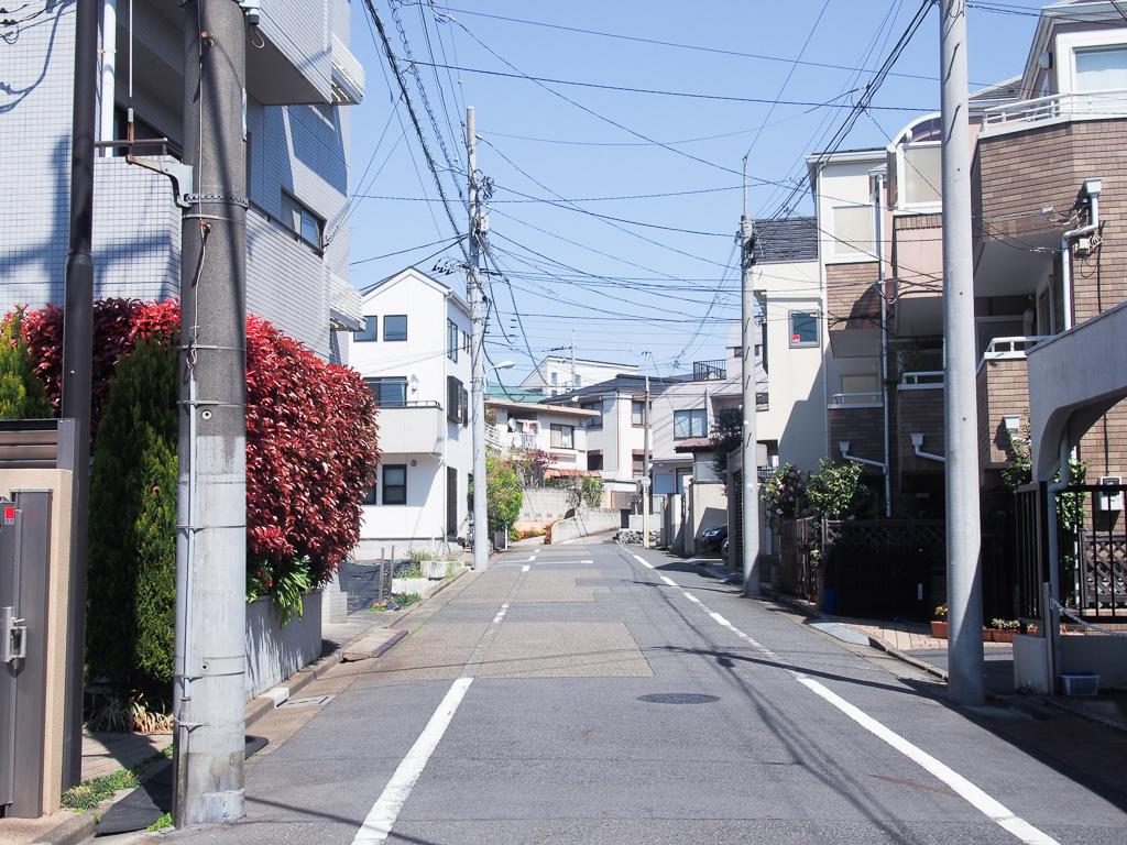 駅東側には高級住宅地が立ち並んでいます。