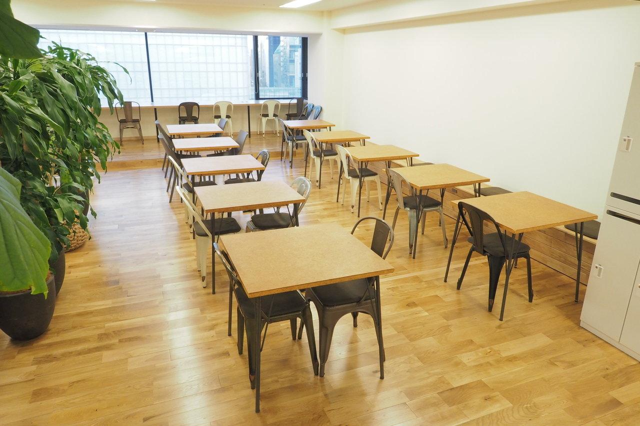ここは月2.5万円で借りられるコワーキングスペース。オフィスにはまだまだ珍しい、無垢フローリング、それにグリーンをたくさん配した空間です。