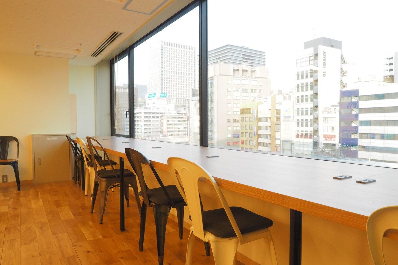 奥には東京の街並みを見下ろすカウンター席も。すごく仕事が捗りそう。