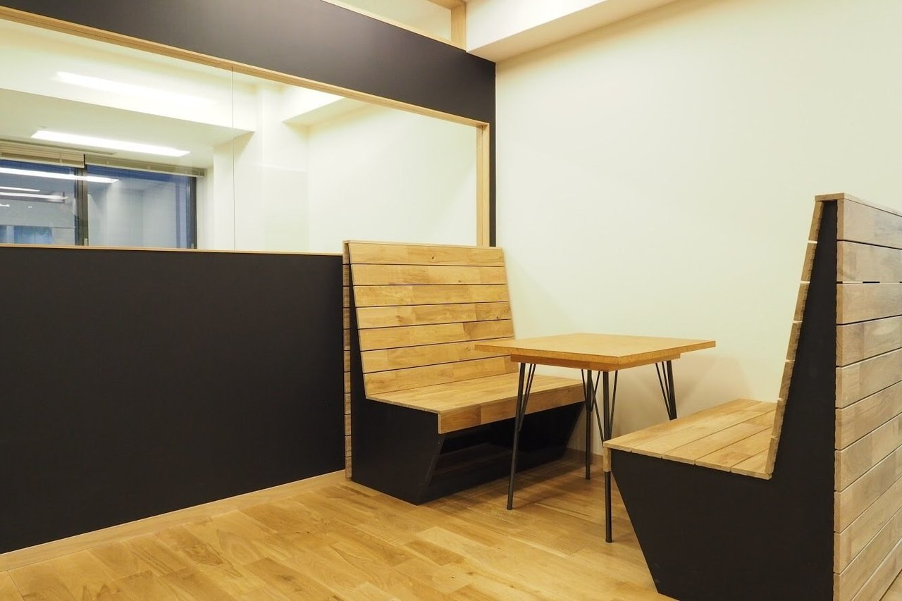 ラウンジにはちょっとした打ち合わせや休憩に使える、こんな木のベンチも設置しました。オシャレ。