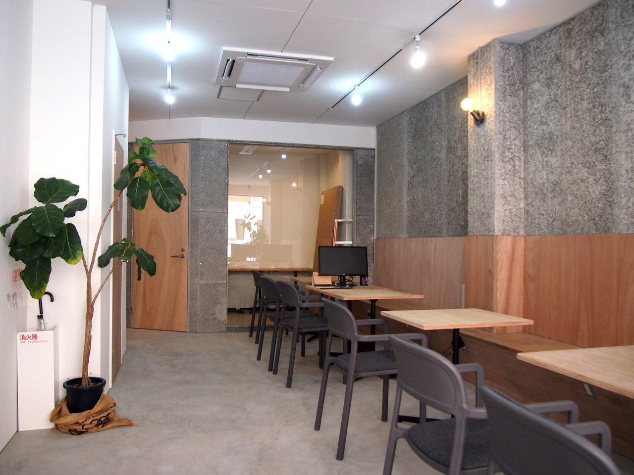 1階はスタイリッシュなシェアラウンジ。入居企業の方は奥の仕切られた会議室スペースも含めて、無料で使うことができます。この場所できっと、様々な交流が生まれることでしょう。