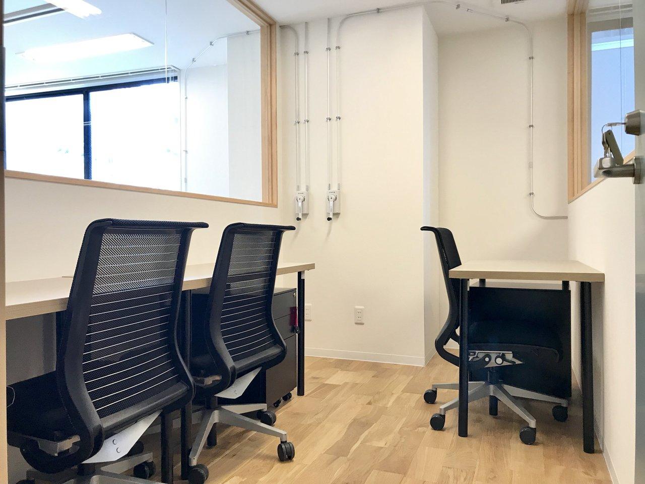 コワーキングの利用者さんも使える会議室や、占有で借りられるブース型のレンタルオフィスもあるんです。(2名ブース月10万円+税〜)