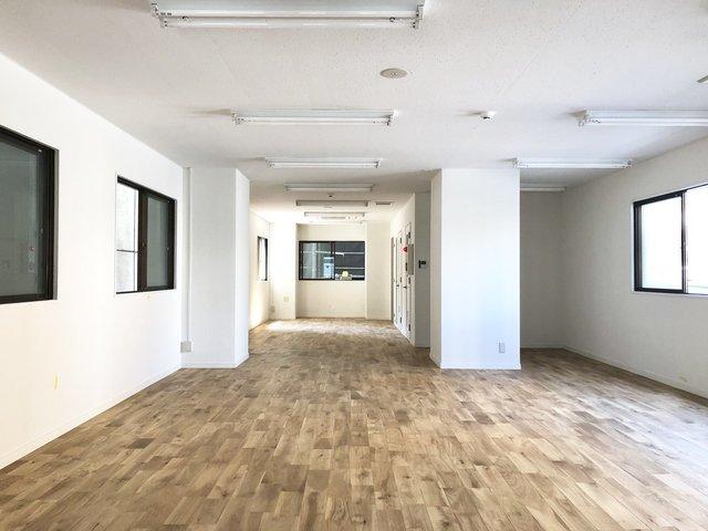 福岡のもうひとつの拠点、呉服町では、ワンフロア占有のビッグサイズのオフィスをご用意してます。こちら、2〜4階は26.45坪。もちろん、全面無垢フローリングです。