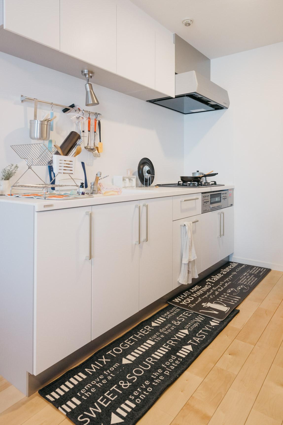 ガス3口にグリルつき、広いシンクと機能性も十分の新しいキッチンを設置。「リノベーション前はキッチンが窮屈な感じだったので、広く使えるようになり、よかったです」と佳輝さん。