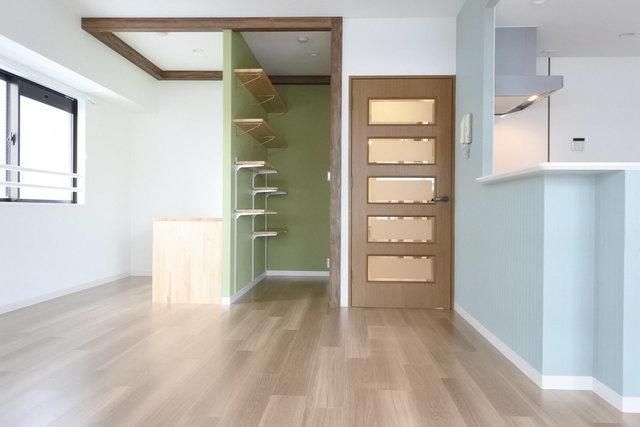 リビングの入り口横には、嬉しい収納スペース&書斎に使えるデスクつきのコーナーもあります。
