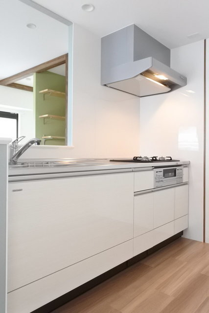 キッチンもご覧のゆったりサイズ。バス、トイレなど水回りが気持ちよくリノベーションされているので、安心して暮らせます。