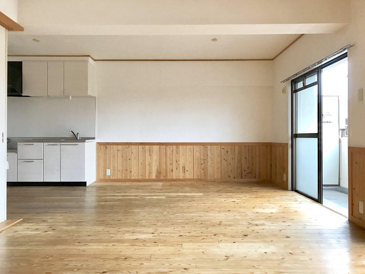 床と腰壁に贅沢に無垢材を使った部屋です。夏もサラサラ、スベスベの触り心地が楽しめます。