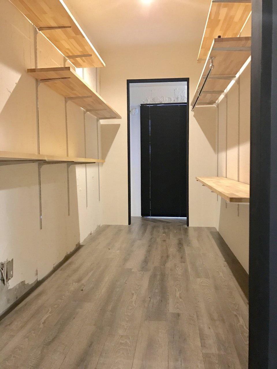 壁の裏側に、かなり広々な収納スペースがあります。
