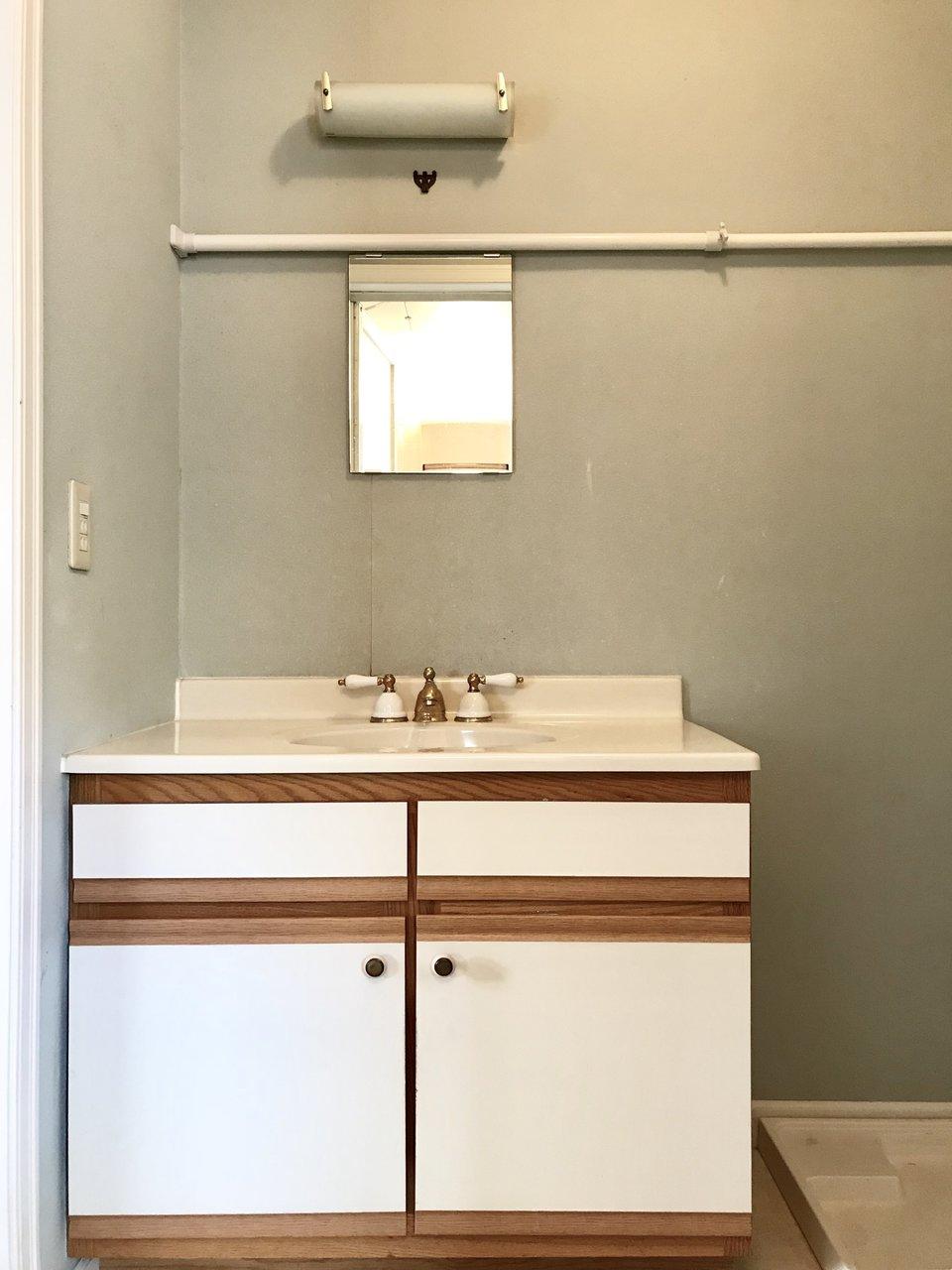 洗面台もこの通り。レトロかわいい蛇口に毎日テンション上がりそうです。