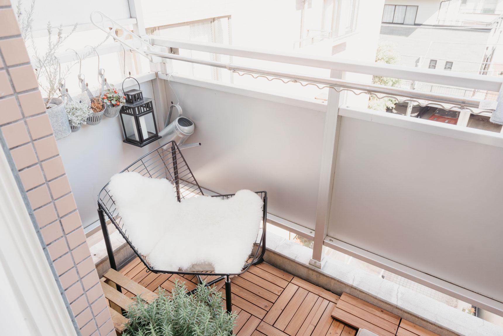「外との一体感」を意識されているというお部屋。ベランダにはこんな素敵なスペースが!これは落ち着ける空間ですね〜。