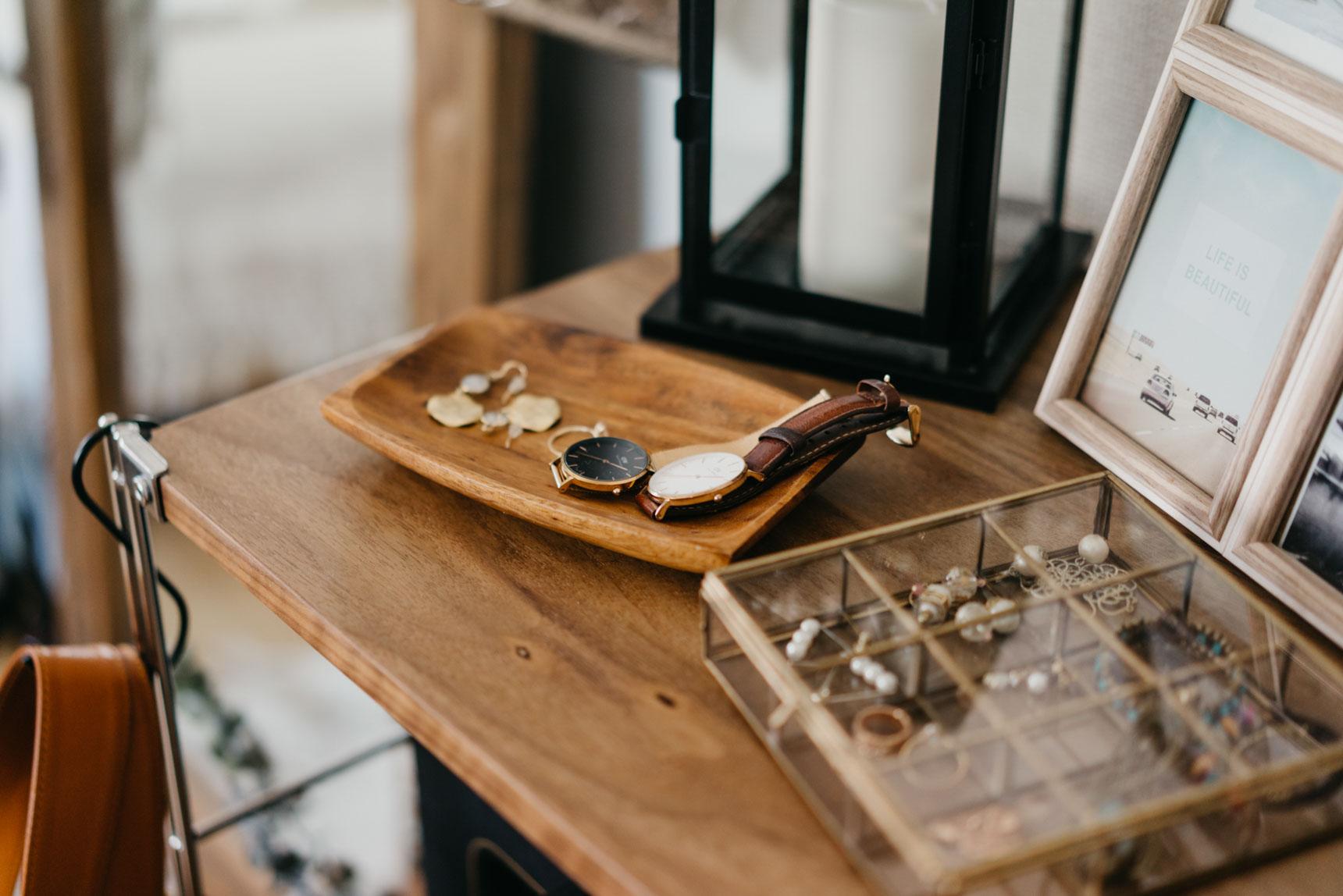アクセサリーや時計をちょっと置くのには、ウッドトレーを使って。