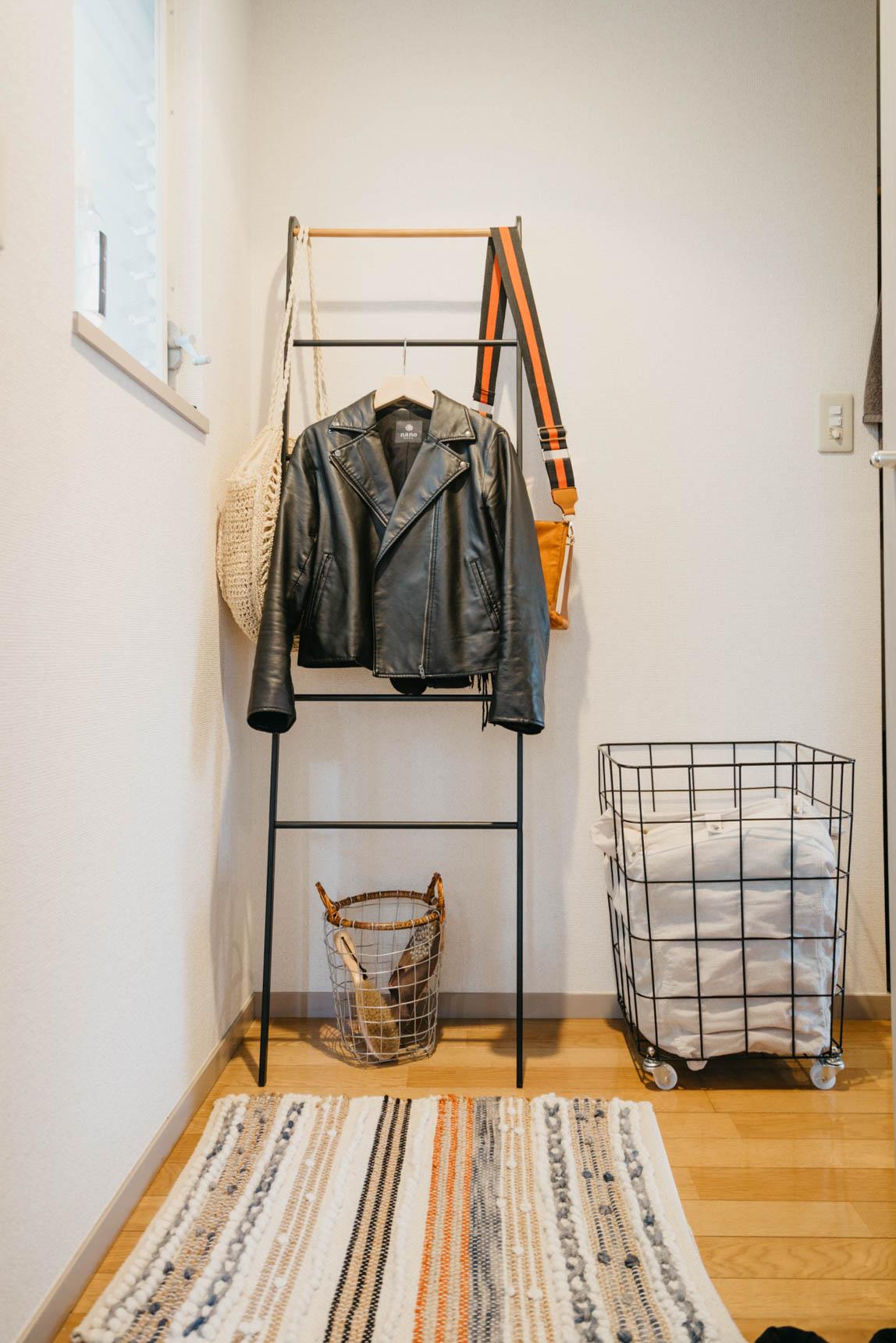 帰って来た時にすぐ上着やバッグが置けるように玄関前のスペースにはラダーラックも。生活動線がしっかり考えられた配置にされています。