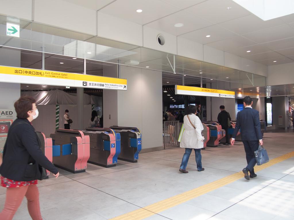 駅構内もこんなに広々。きれいになりました。