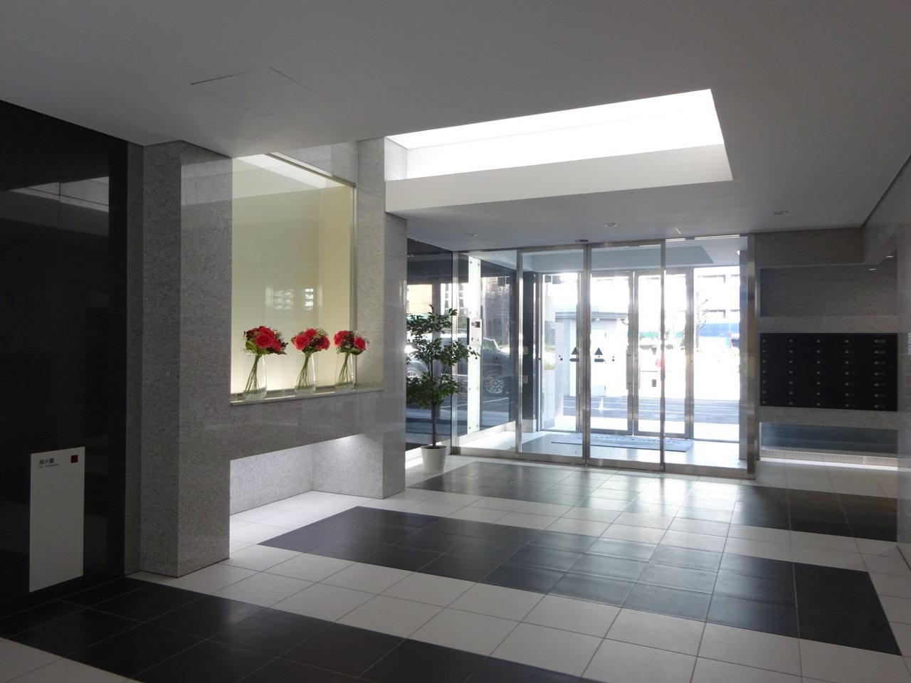 お部屋はオートロック付き14階建て。エントランスはホテルのように上品な雰囲気です。