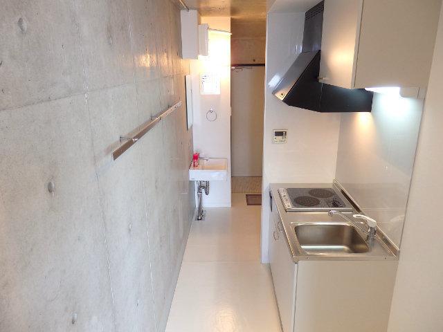 こちらのお部屋もちょっと変わったお部屋。間取りは1Rですが、居室・洗面所・キッチン……と進んでいくたびに、小さな階段があるんです。まるで秘密基地のよう。