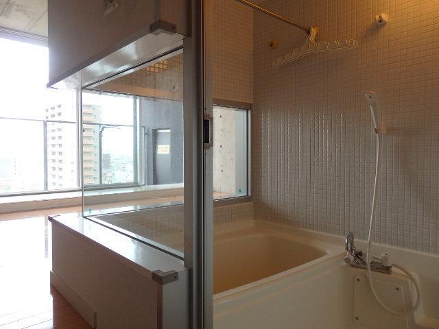 部屋の真ん中に、なぜかお風呂が。でも来客時にはカーテンを閉めれば問題ないですよ。なんだか不思議でおしゃれなお部屋。攻めた暮らしをしたい方に、おすすめです。