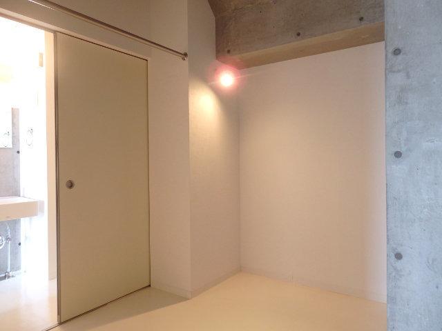 奥に進むと小さな部屋があるので、ここにベッドを置きましょう。ハンガーパイプもついているので、洋服などはこちらにしまうことになります。
