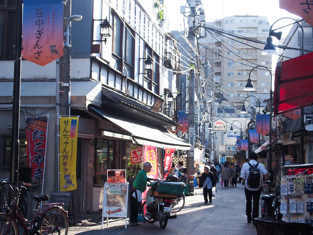 人の往来が多い、谷中銀座商店街