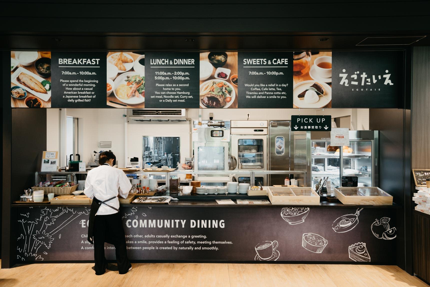 シニア向け、学生向けマンションに入居する方への食事提供も兼ねている施設ですが、青山のイタリアンレストラン「Casita」などを運営する、サニーテーブルが料理を提供。味にもサービスにもこだわった、質の高い食事を摂ることができます。営業時間は朝7時から、夜の22時(ラストオーダー21時)まで。