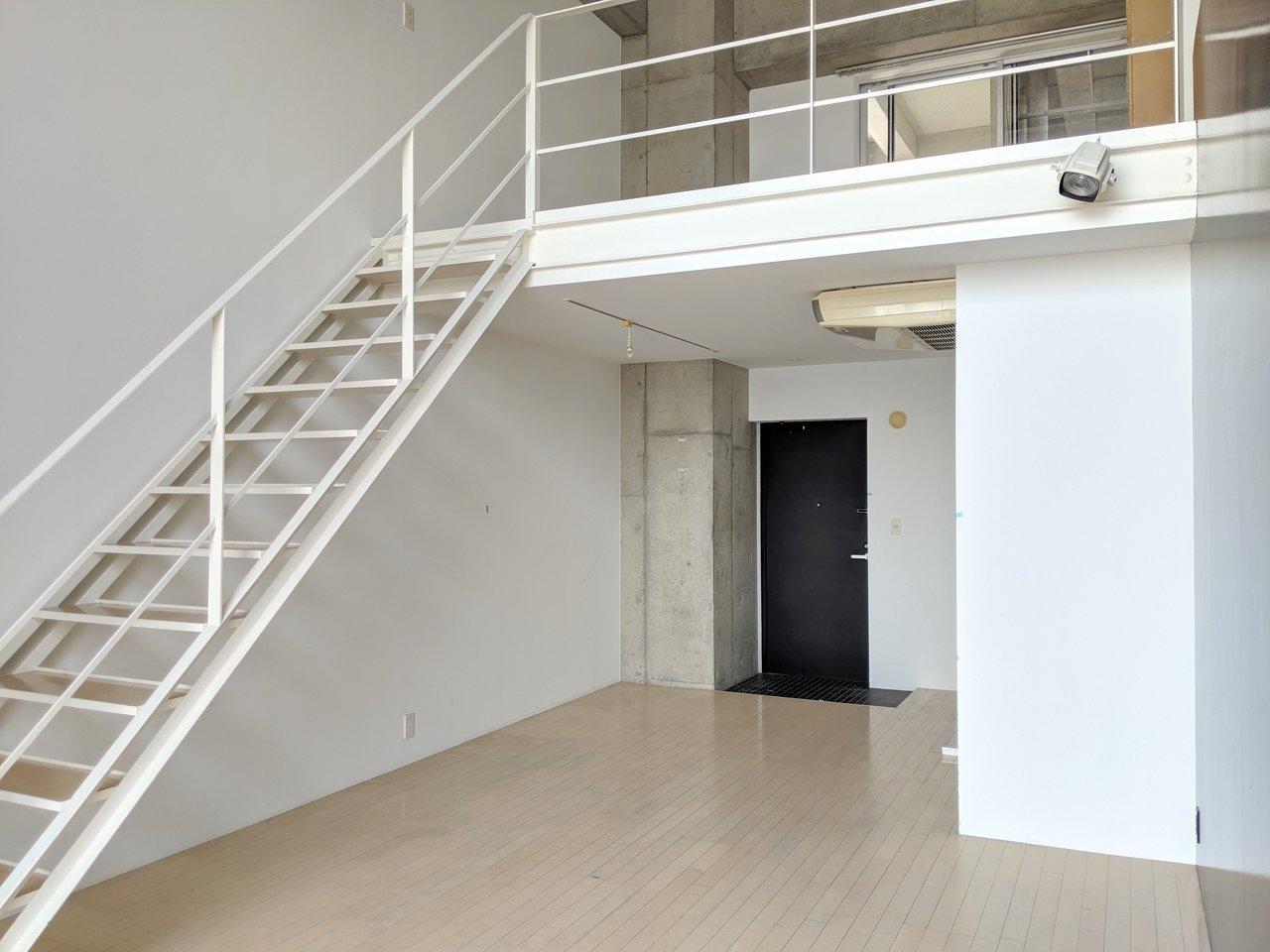 天井や柱がコンクリ打ちっぱなしのメゾネット。2階に上がってみましょう。