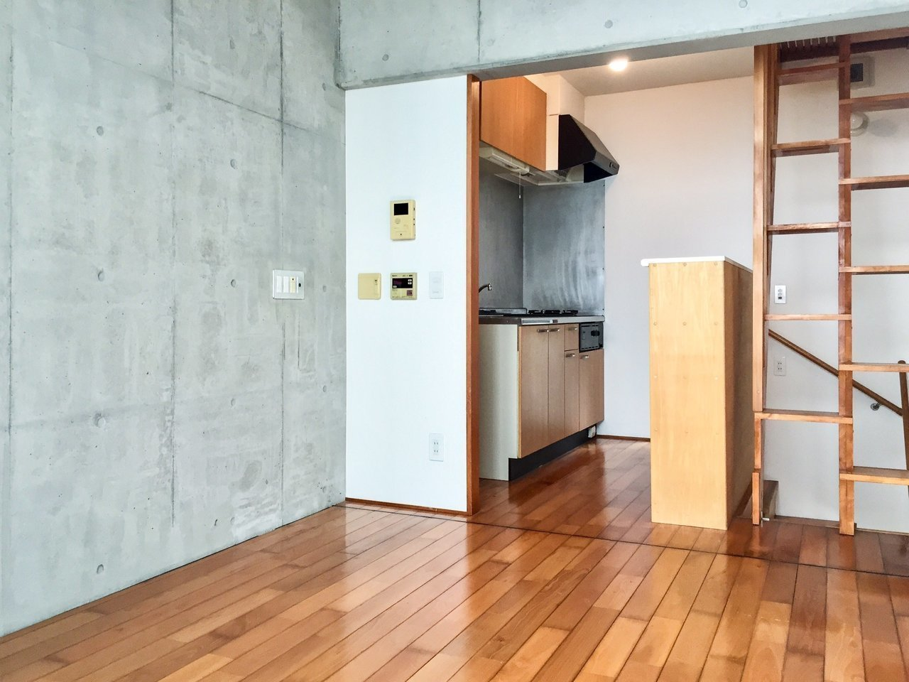 メゾネット+ロフトの3階層からなる、縦に長いお部屋です