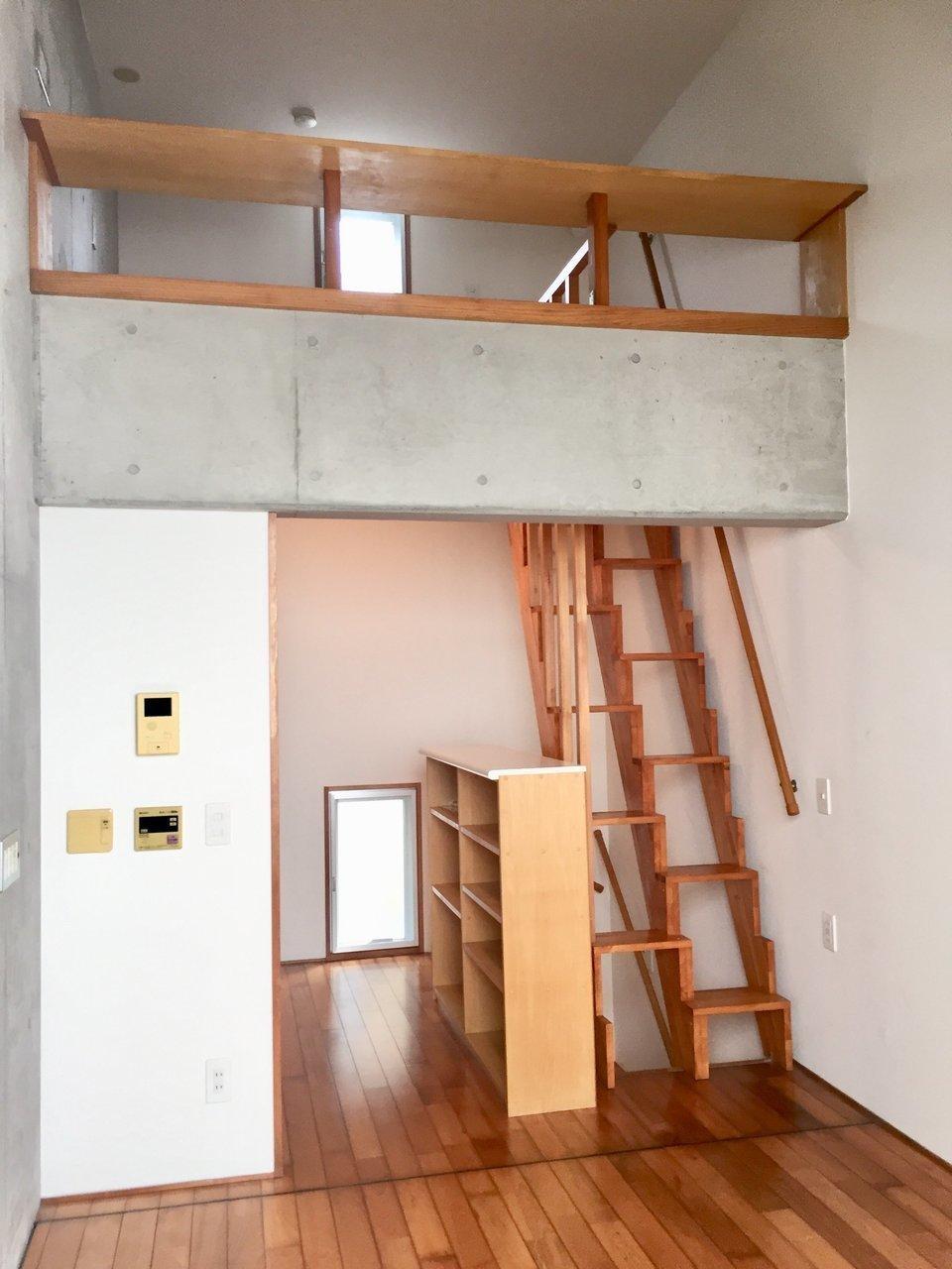 メインの洋室7畳はご覧の通りロフト付きで天井が高いので気持ち良い。打ちっ放しの壁に木の棚、木のハシゴのバランスもいいですね。