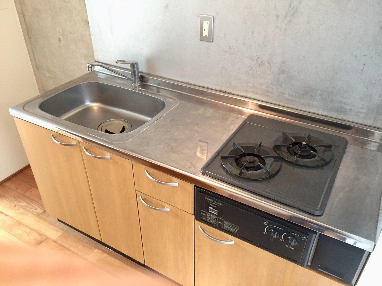個人的に嬉しいのは、このキッチン。ガス2口にグリル付き、デザインもいいです。