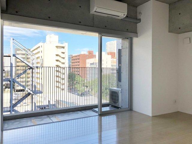 おしゃれエリアの薬院にふさわしい、スッキリしたデザイナーズのお部屋です。大きな窓から見える青空が気持ち良い。