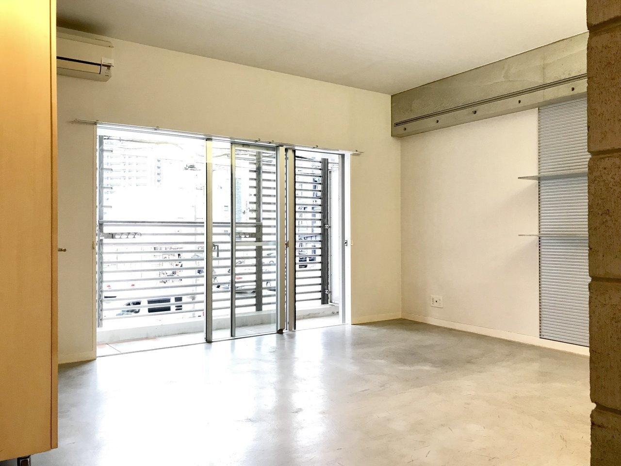 30㎡超えのワンルームはご覧の通り、遮るものがなく広々。グレーの床もクールなインテリアが合わせやすそうですね。