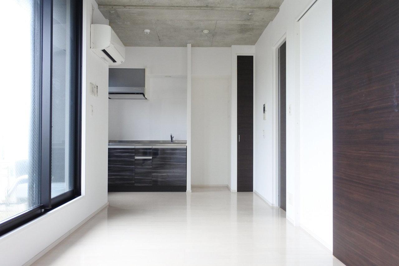 こういうお部屋って、ありそうでなかなかない。人気の赤坂エリア、白と黒のモノトーンでまとめたデザイナーズです。