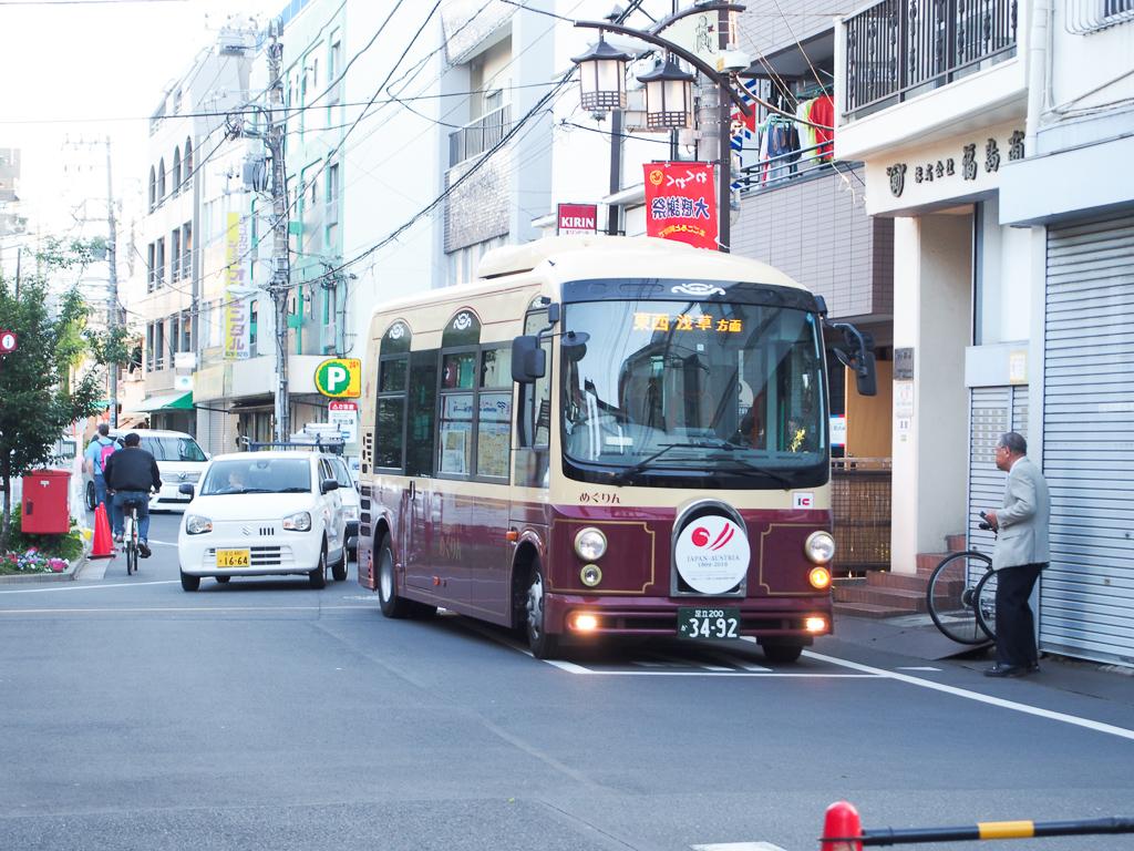 """浅草方面などへと続く、小型バス「めぐりん」。地域の人の""""足""""として重宝されています。"""