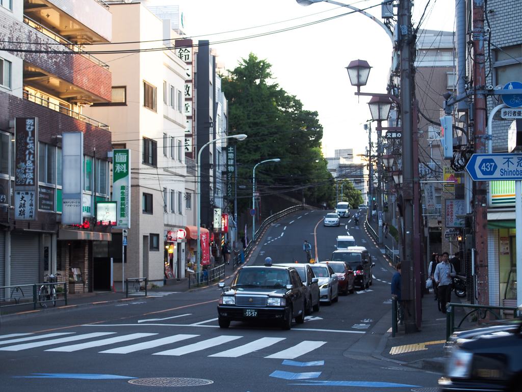 根津駅から東京大学方面へ続く道。