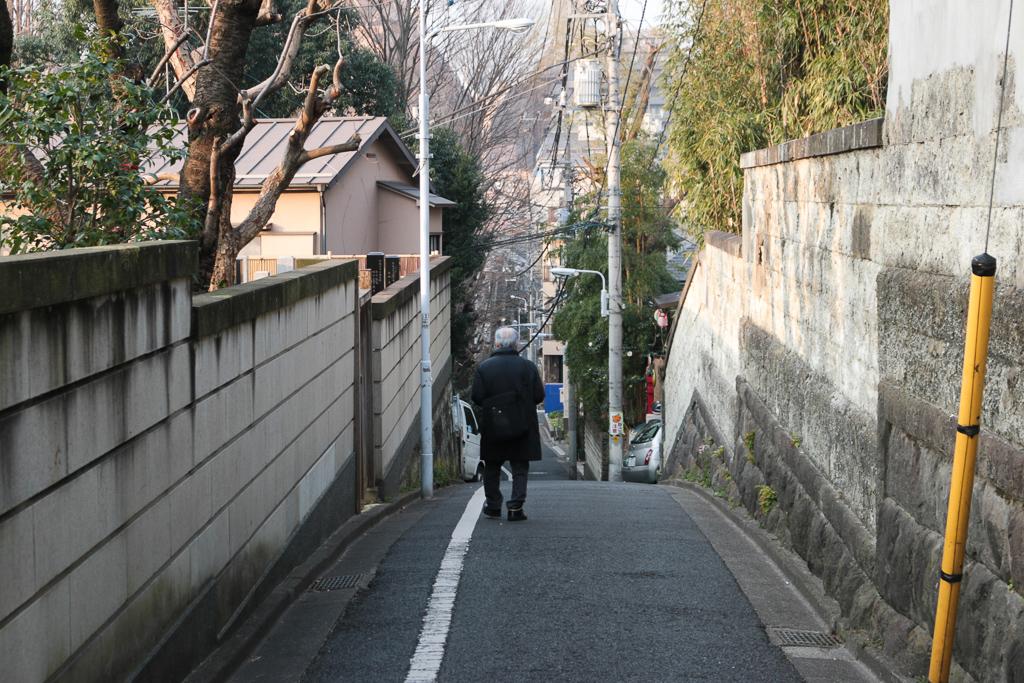 ゆっくりと坂道を下る、お父さん。