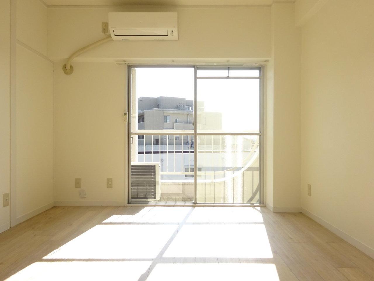 昭和レトロの外観の建物の中に入って、最上階の4階へ。リノベーション工事が終わったばかりの南向きのお部屋です。