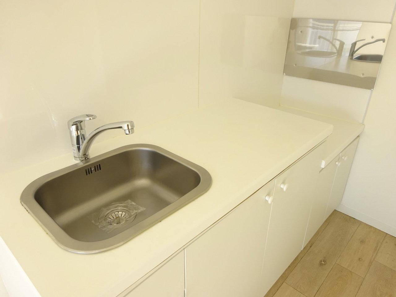 真っ白なキッチン。ガスコンロは持ち込み可能です。最近はおしゃれで機能的なガスコンロもあるので、いろいろ探してみてもいいかも。