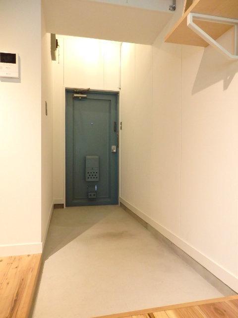 玄関部分からダイニングまでの廊下にかけては土間になっています。自転車などはそのまま室内に置いておけます。お花やグリーンが好きな方は、ここで楽しんでもOK。毎日帰ってくる度に癒しになるはずです。(※写真は別部屋)