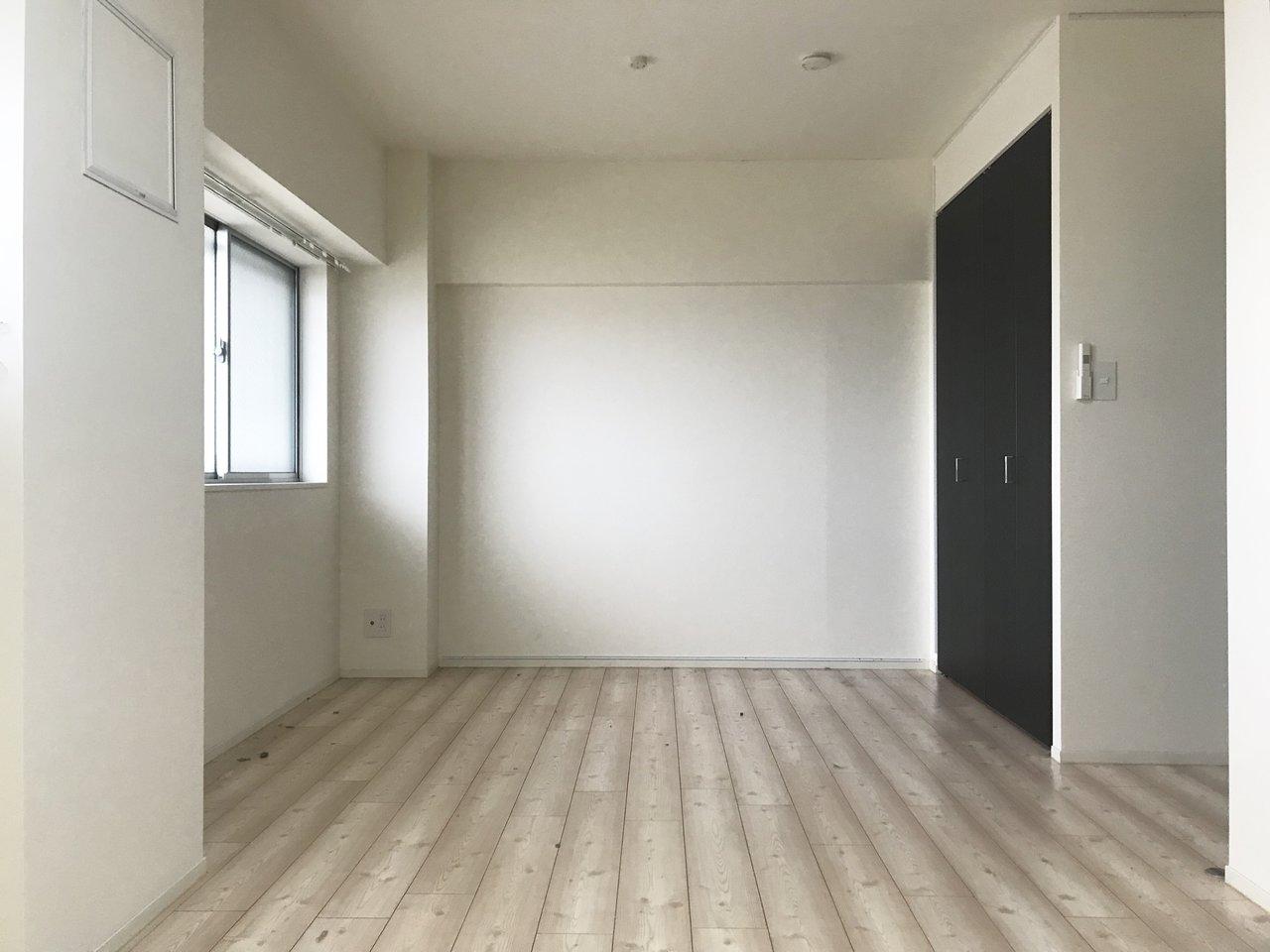2つめの洋室はこちら。落ち着いた色合いの床もいいですね。収納スペースも奥行きがあって、使い勝手がよさそうです。