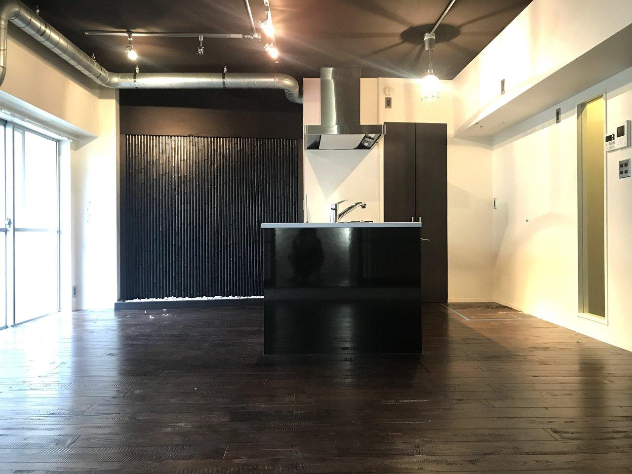最後にご紹介するのもリノベのお部屋。おしゃれなレストランに迷い込んだかのような、圧巻のリノベーションが見どころです。