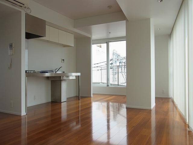 室内に入ると、あったかい開放的な空間が広がります。しかもお外に面している部分はガラス張り!開放感を味わうなら開け放しちゃってもよさそうです。