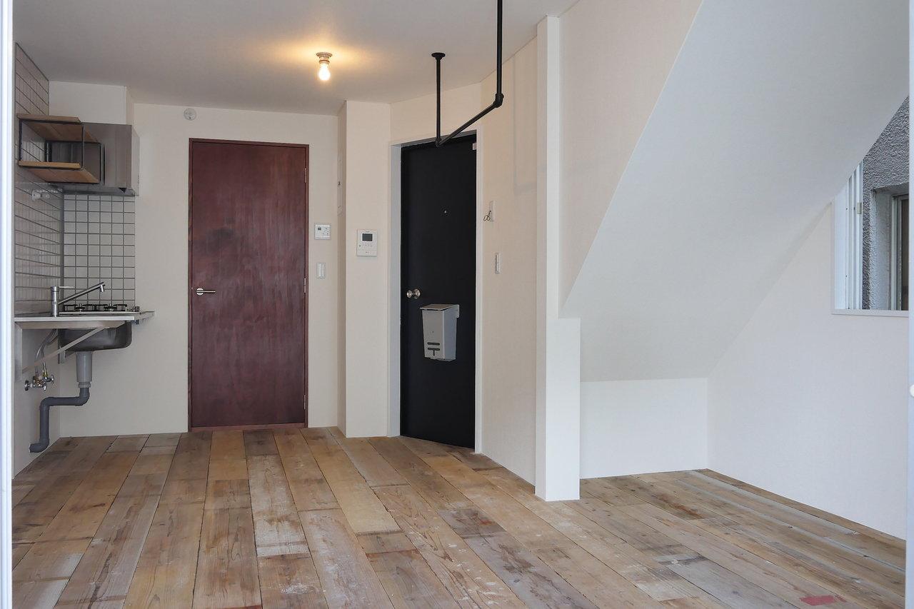 室内は3面採光です。天井にはハンガーパイプがついていたり、シャワールームに続くドアが赤かったり。ビンテージ感が好きな方にぜひ見てほしい。